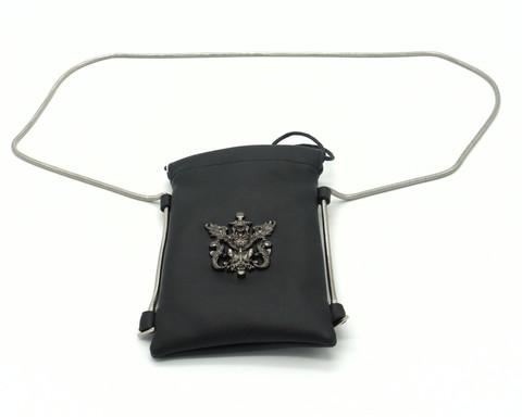 Маленькая сумка с интересной декорацией на металлическом ремне