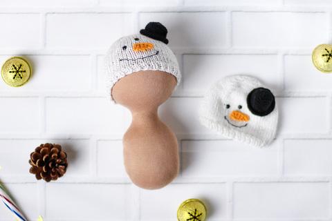 Вязаная шапка для куклы - Снеговик