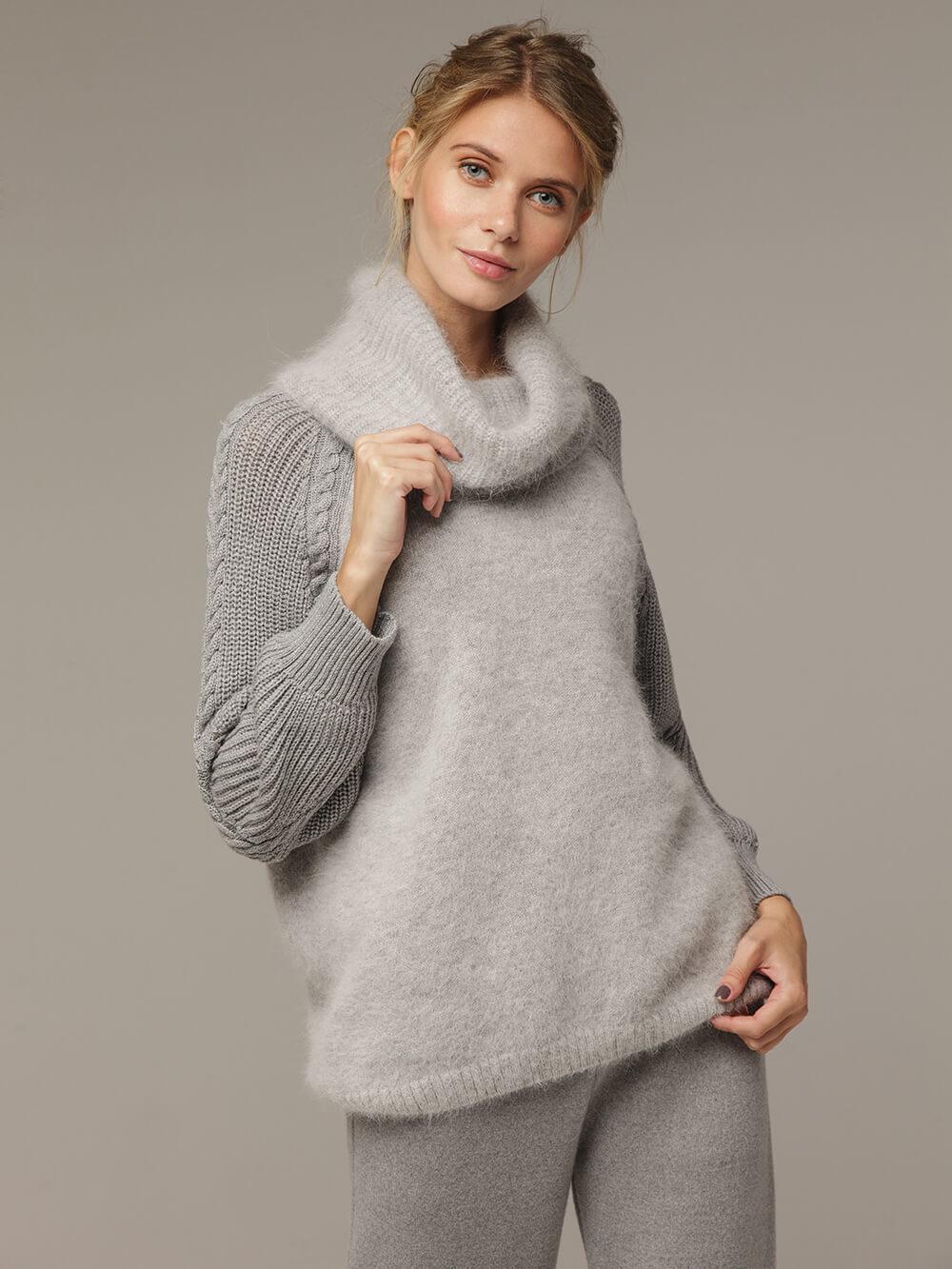 Женский серый джемпер с объемным воротником - фото 1
