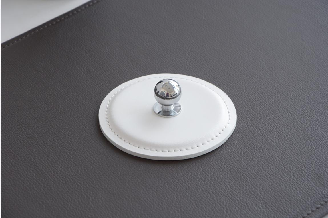 Пресс-папье из итальянской кожи Cuoietto цвета белый с металлической вставкой.