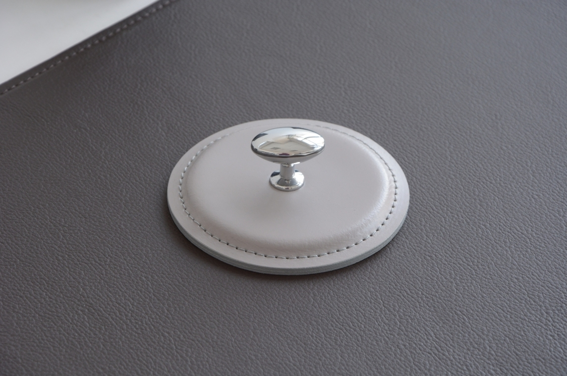 Пресс-папье из итальянской кожи Cuoietto цвета серый с металлической вставкой.