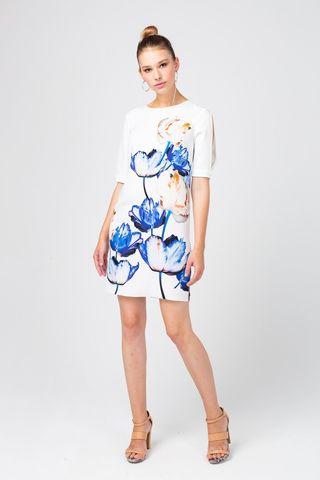 Фото белое платье прямого силуэта с цветочным принтом и разрезами на рукавах - Платье З370-556 (1)