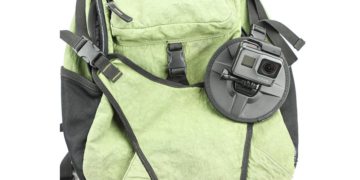 Гибкое магнитное крепление SP Flex Mount на рюкзаке вид спереди
