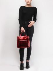Лакированная сумка красного цвета