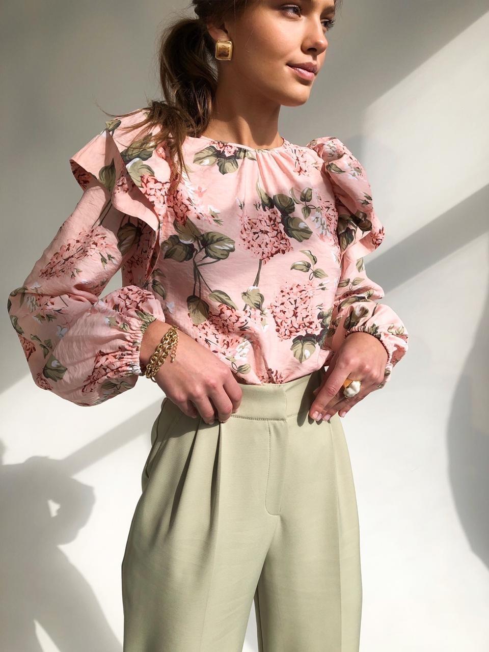 Блуза с оборками на рукавах(розовый с цветами)