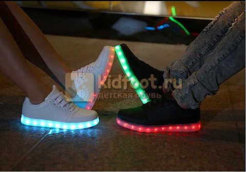 Светящиеся кроссовки с USB зарядкой Fashion (Фэшн) на шнурках, цвет черный, светится вся подошва. Изображение 27 из 27.