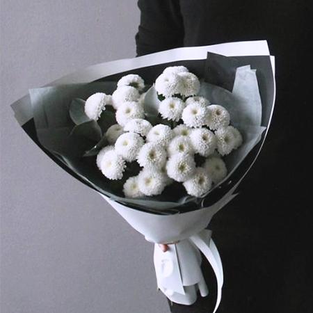 Купить стильный букет 5 белых кустовых помпон хризантем Коконат в Перми