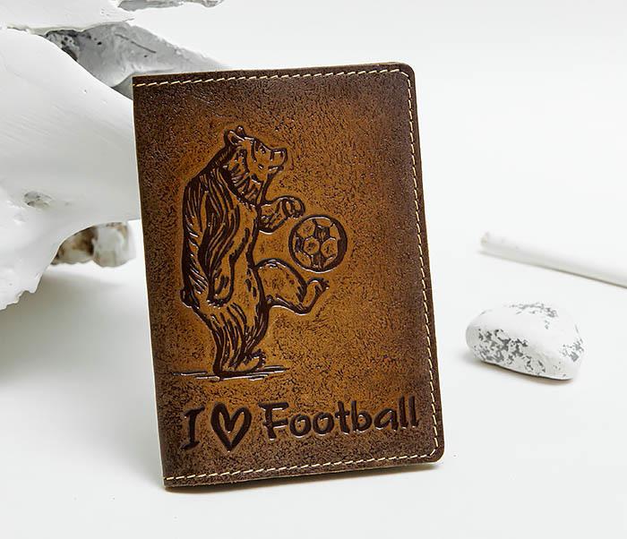 BY144105 Прикольная обложка на паспорт с медведем «I Love Football»