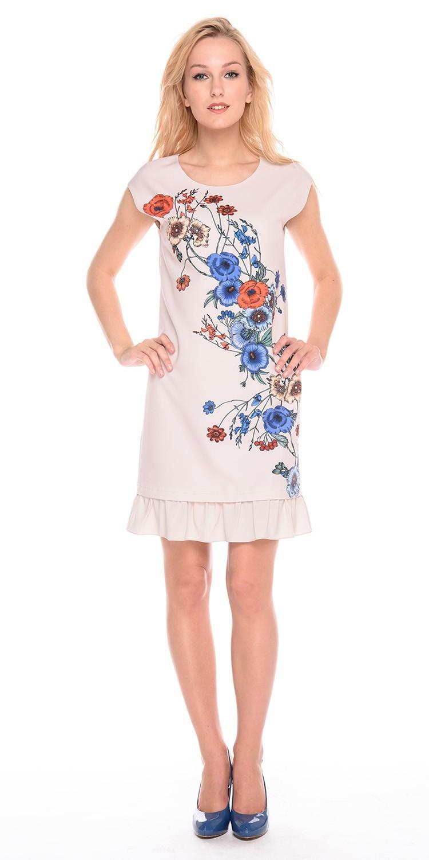 Платье З203-792 - Бежевое летнее платье прямого силуэта с ярким цветочным принтом. Модель украшена широкой оборкой по подолу, что делает ее невероятно женственным выбором для лета. Легкая ткань платья позволяет коже дышать.