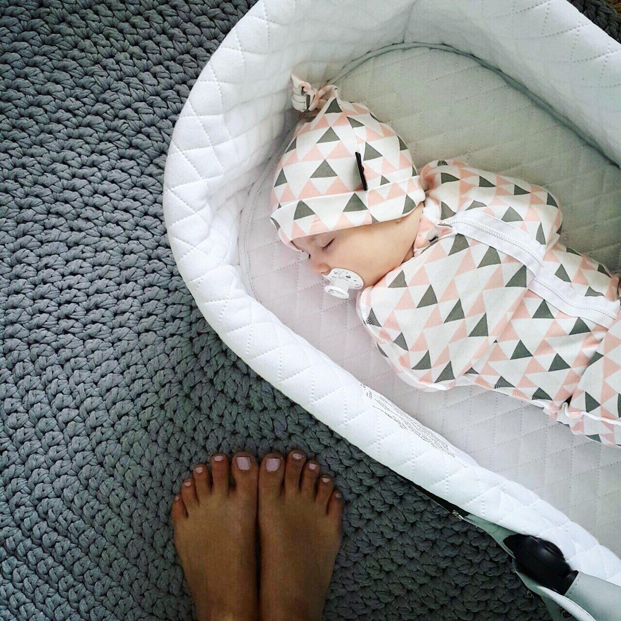 Пеленальный кокон и шапочка Mjölk Треугольники для девочки