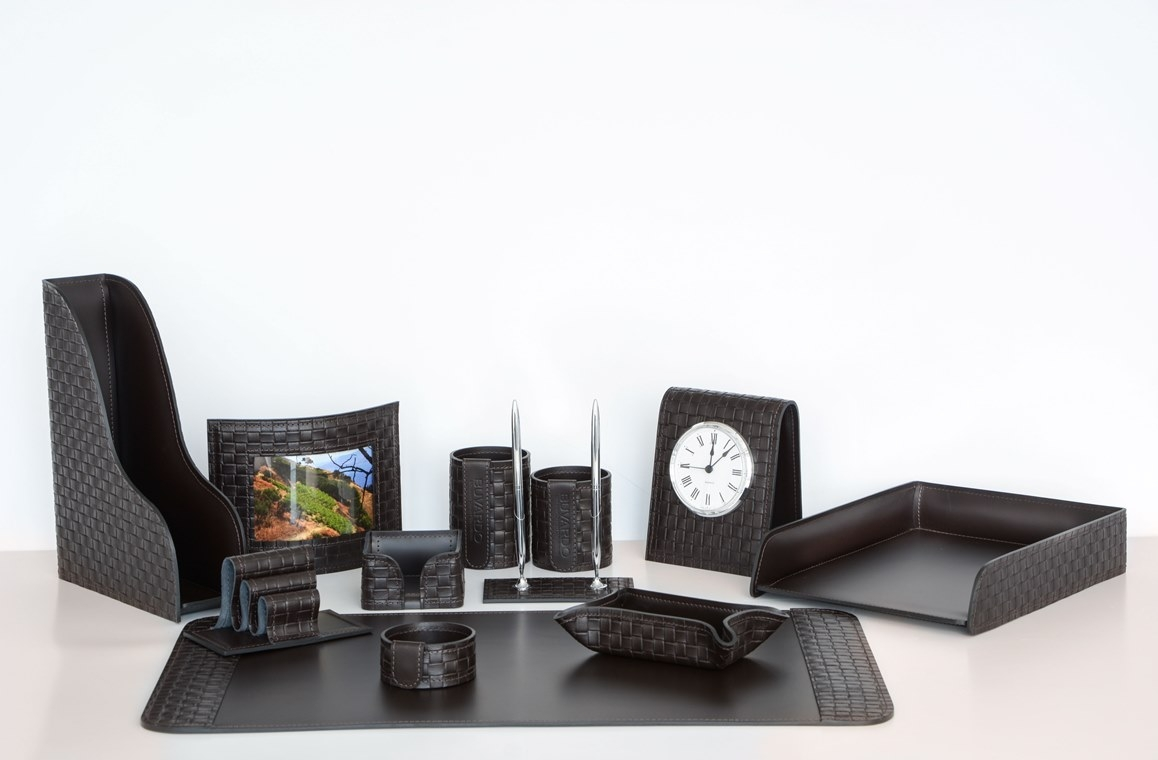 На фото набор на стол руководителя артикул 61015-EX/CT 12 предметов выполнен в цвете темно-коричневый шоколад кожи Cuoietto Treccia и Cuoietto. Возможно изготовление в черном цвете.
