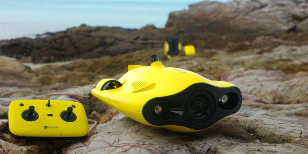 Подводный дрон Gladius Mini на камнях