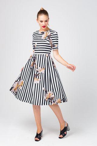 Фото приталенное хлопковое платье в черную полоску с вышивкой цветов - Платье З373-546 (1)