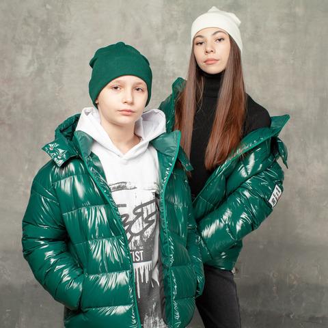 Демисезонная зеленая куртка на подростка из лаковой плащевки