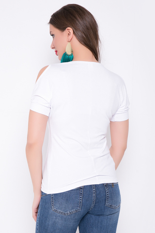 <p>Отличное решение для летних деньков! Особую оригинальность модели придают разрезы на рукавах и модная брошь в виде звезды с жемчугом.</p>