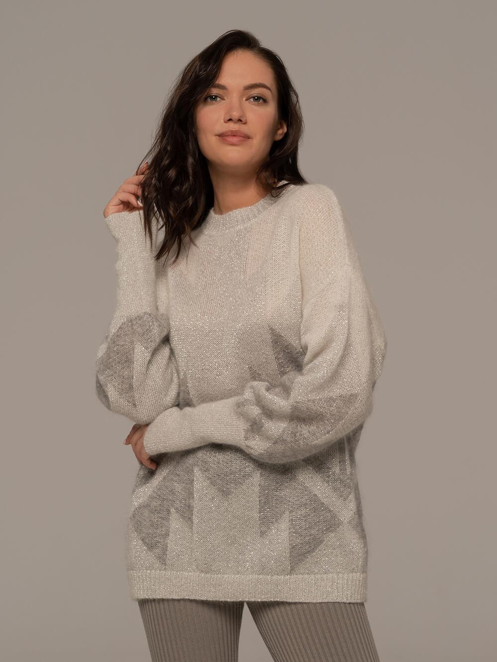 Женский джемпер светло-серого цвета с принтом - фото 1