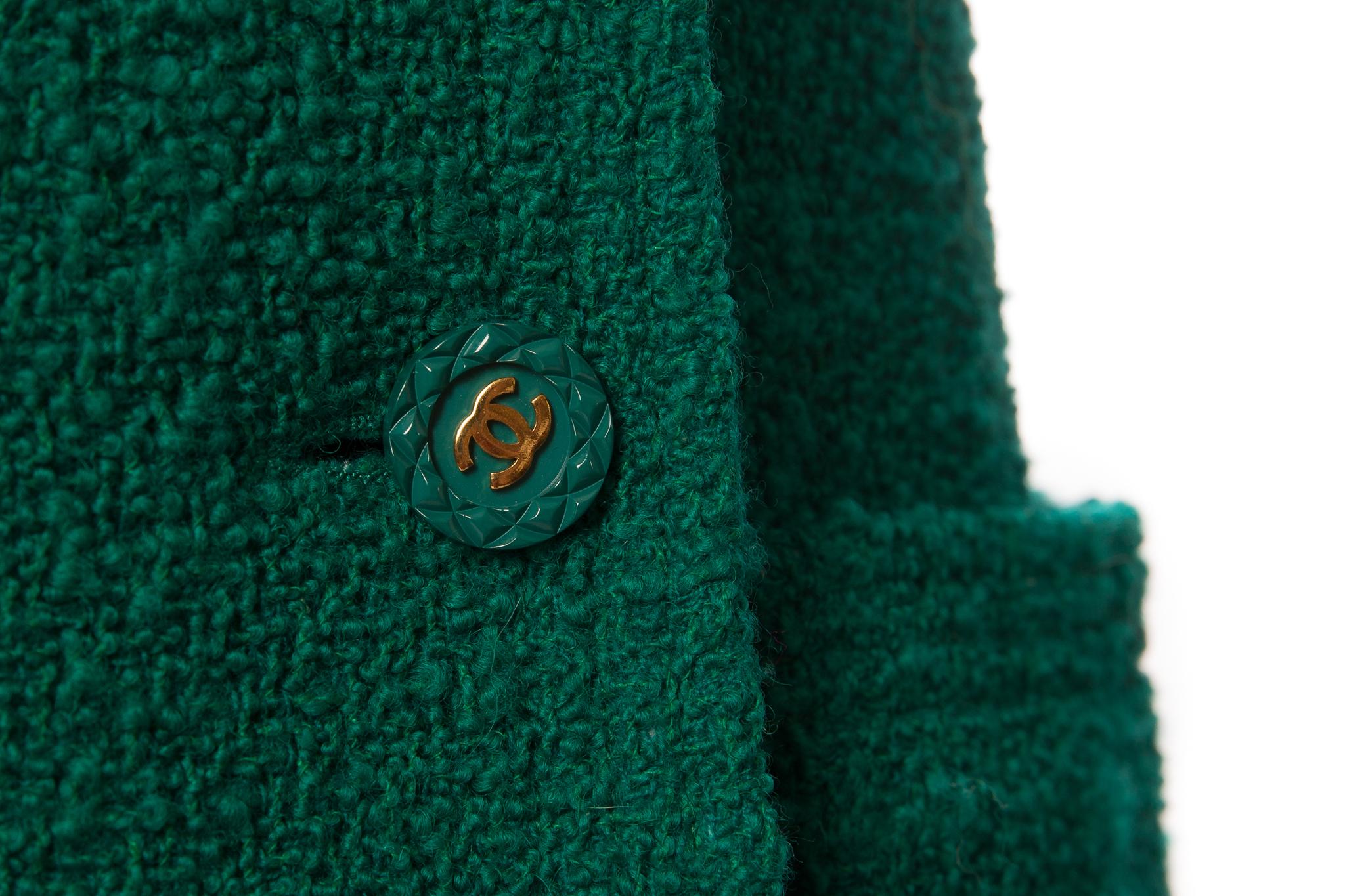 Стильный удлиненный жакет из твида изумрудного цвета от Chanel, 38 размер.