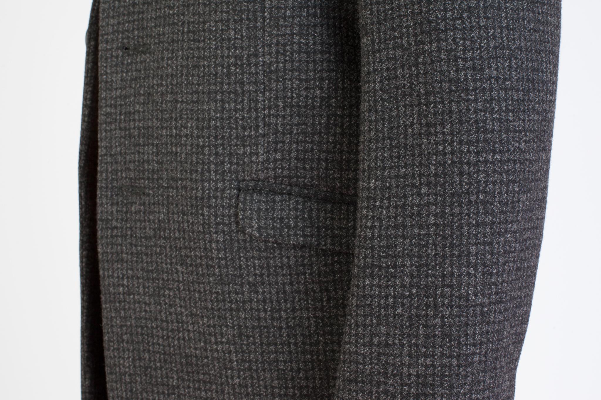 Классическое серо-чёрное шерстяное пальто в мелкую клетку