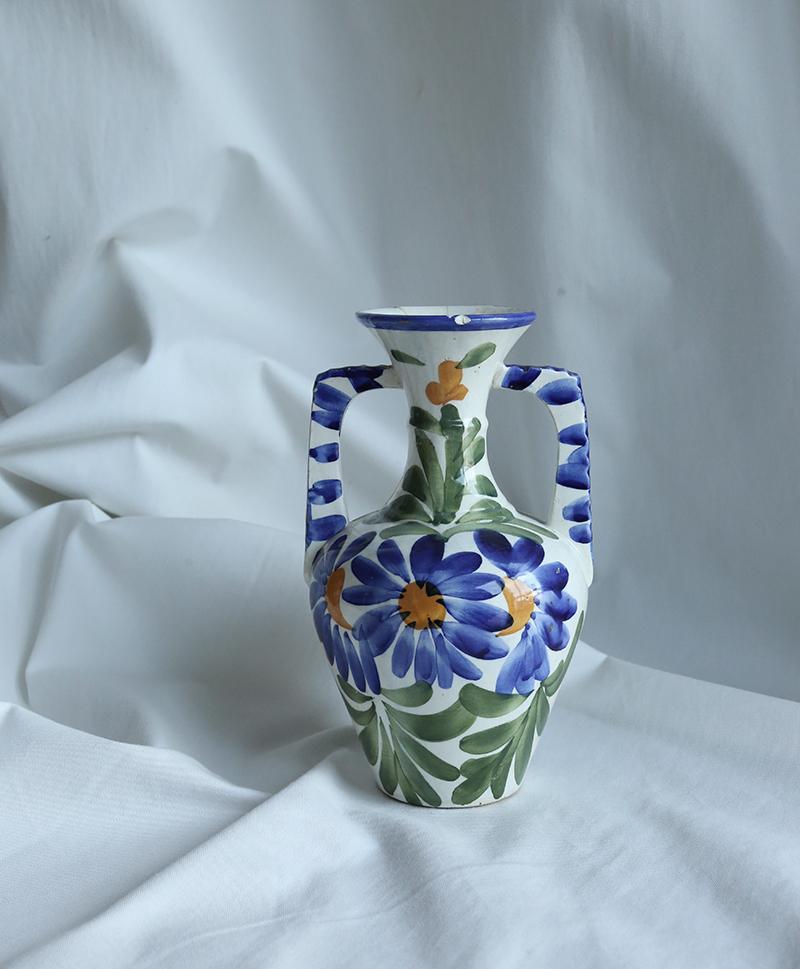 Ваза с синими цветами