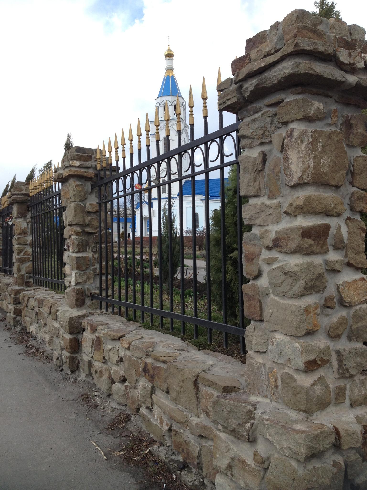 кладовчный бутовый камень серый, готовая работа , забор из камня