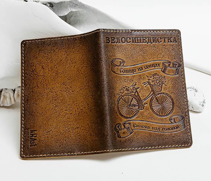 BY140315 Кожаная обложка для паспорта «Велосипедистка» фото 03
