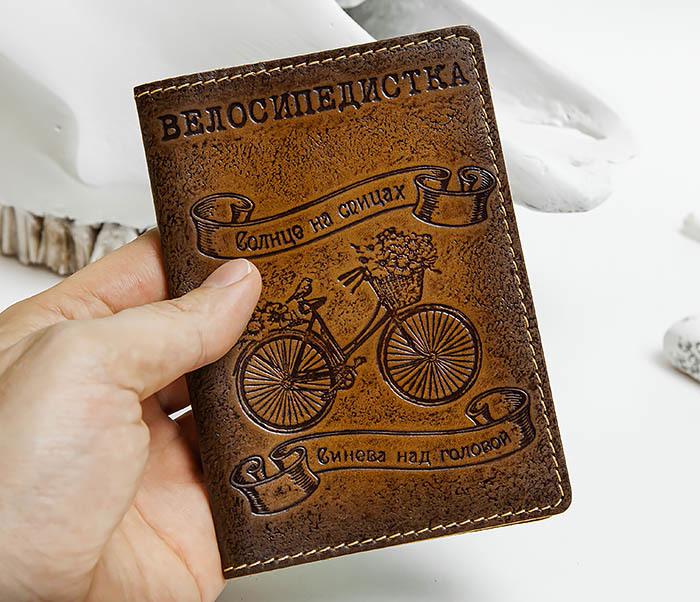BY140315 Кожаная обложка для паспорта «Велосипедистка» фото 04