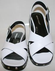 Белые босоножки на низком каблуке Marani Magli