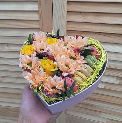 Цветы и macaron в коробке-сердце ( 5 шт.) #1571