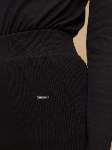 Женская юбка черного цвета из шерсти - фото 7