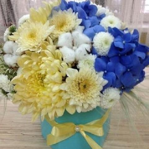 № 39. Очаровательная нежная сине-кремовая композиция в коробке.