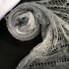 Пуховый палантин бело-серый 42