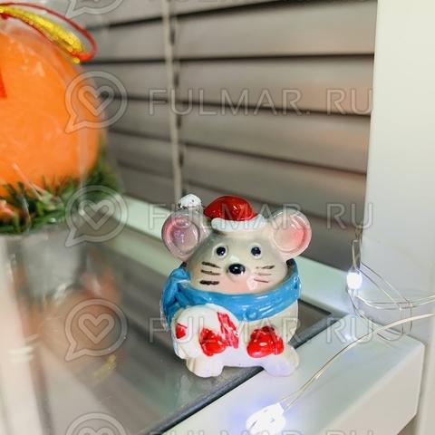 Талисман сувенир Мультяшная Мышка Funny Mouse символ 2020 в синем шарфе с конфетой