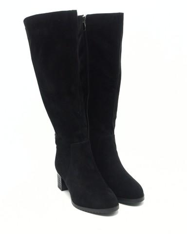 Черные велюровые сапоги с декоративной вышивкой и эффектным каблуком