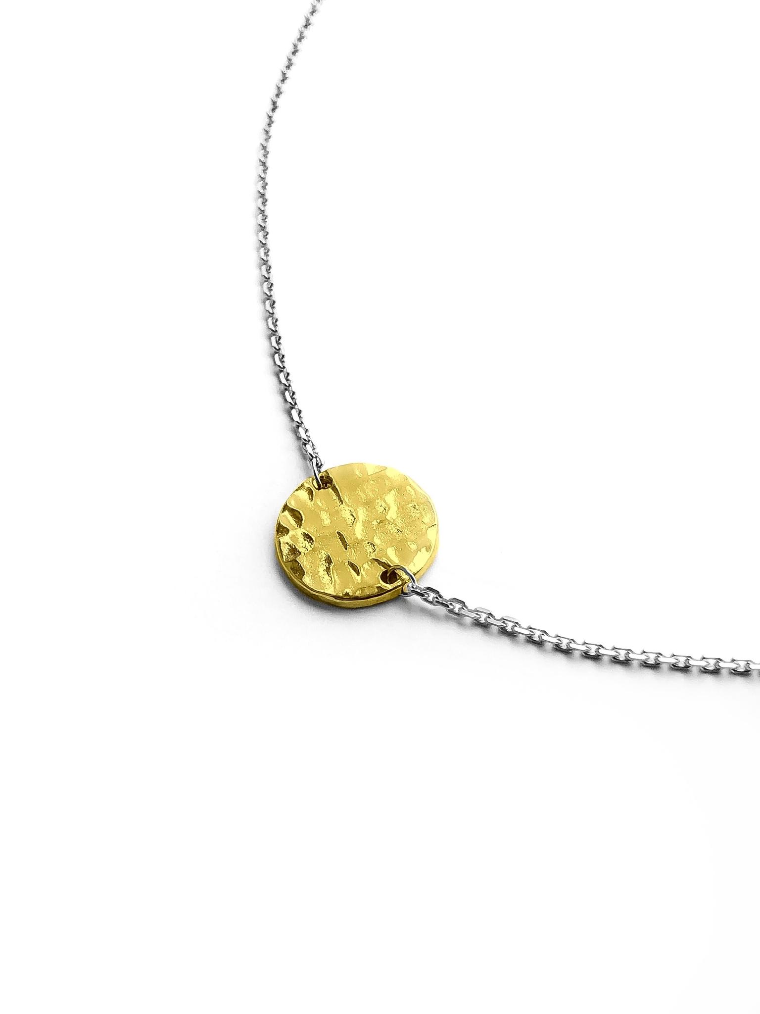 Серебряное колье-чокер с позолоченным битым медальоном