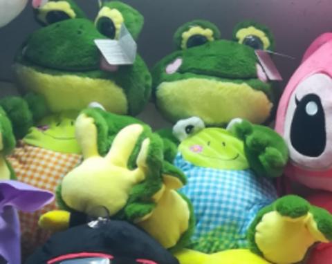 2 лягушонка по 50 СМ в разноцветных одёжках