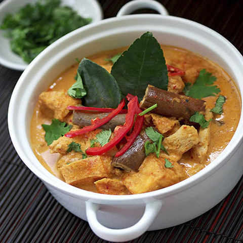 https://static-ru.insales.ru/images/products/1/6218/41236554/red_curry_chicken.jpg
