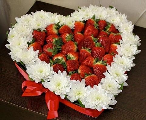 Сердце из клубники и цветов #11975