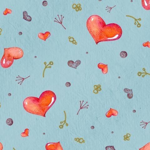 Яркие сердечки на голубом фоне