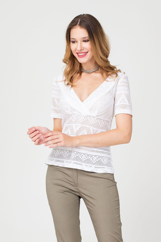 Т-шот М355а-496 - Т-шот белого цвета станет для вас любимым предметом гардероба в летний период. Изделие из белого хлопка - идеальное сочетание в жаркую погоду, а стильный геометрический принт полностью составлен из мелкой перфорации, что позволяет  коже дышать. V-образный вырез красиво открывает шею и подчеркивает формы груди.