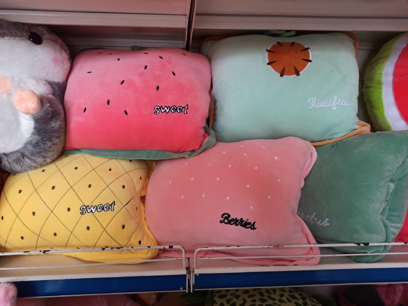 Подушки разных цветов
