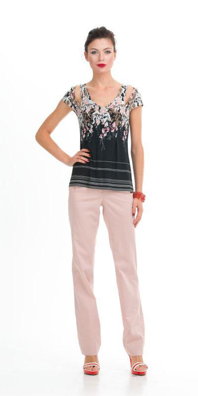 Т-шот М272-213 - Оригинальный весенне-летний Т-шот, напоминающий своим кроем и майку, и футболку; то, что оживит и разнообразит ваш гардероб. Т-шот имеет черный цвет и цветочным принтом, который является одним из главных в сезоне весна-лето. Модель выполнена из вискозы (97%) и эластана (3%). Эластан является очень прочным и износостойким, гармонично дополняя вискозные волокна, придавая им повышенную прочность и устойчивость к внешним воздействиям. Позволяет одежде безупречно сесть на любую фигуру, слегка растягиваясь, а потом приобретая первоначальную форму.
