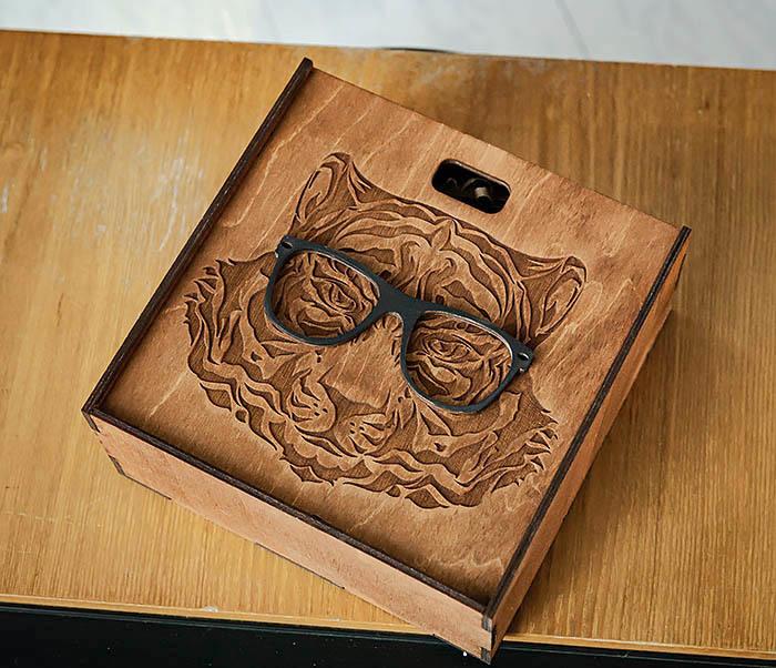 BOX249-2 Подарочная коробка из дерева с тигром в очках (17*17*7 см) фото 03
