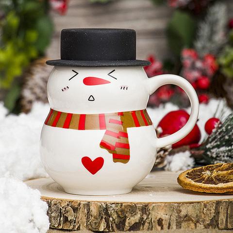 Новогодняя кружка снеговик в чёрной шляпе с сердечком