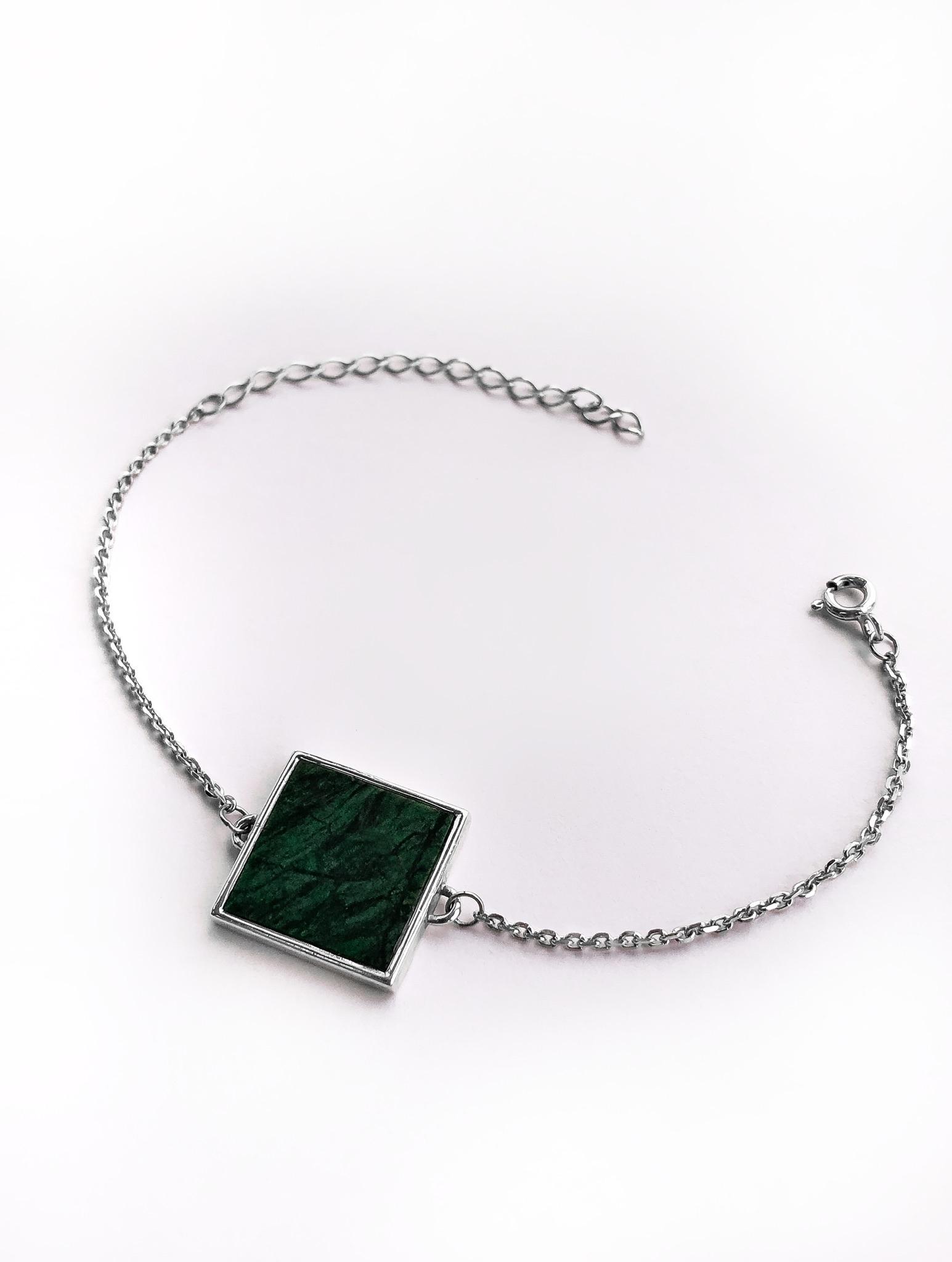 Серебряный браслет на цепочке с зеленым мрамором квадратной формы