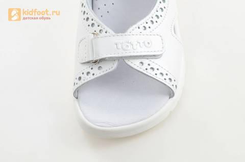Босоножки для девочек из натуральной кожи с открытым носом на липучках Тотто, цвет белый. Изображение 11 из 15.