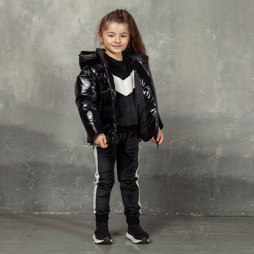 Демисезонная детская куртка черного цвета из лаковой плащевки с нашивкой