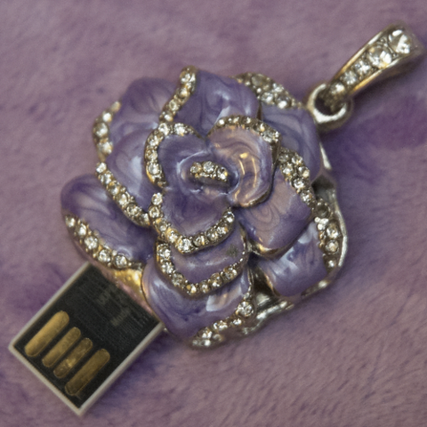 Usb флешка-кулон со стразами в форме цветка сиреневого цвета jf_p_rose_violet