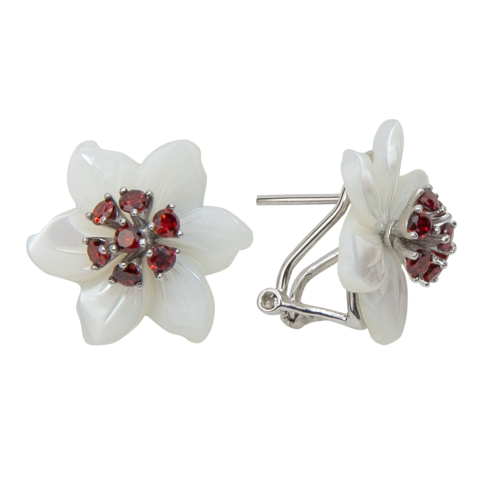 Серьги с цветами из белого перламутра и гранатом