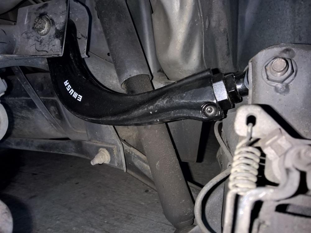 Установленные задние развальные рычаги Mazda 3 5