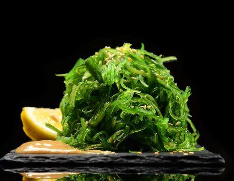 Салат из морских водорослей Хияши Вакаме Чука